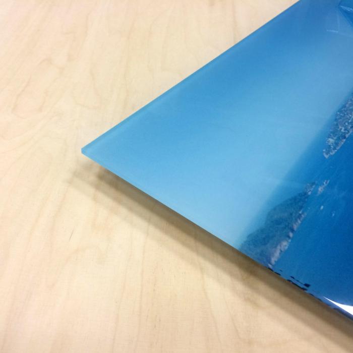 Dold upphängning på plexiglasskylt