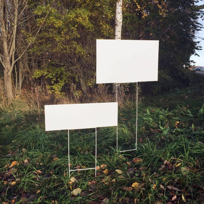 Mæglerskilte eller  tegn med de korrekte dimensioner og beslag