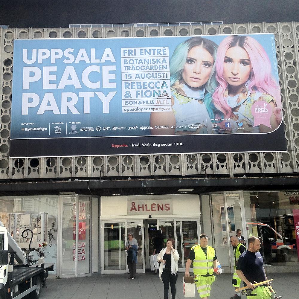 Fasadbild tryckt på nätvinyl eller banderoll med hål